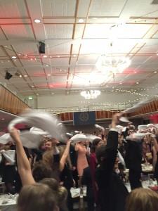 Baler och andra stora fester är bara en av många tillställningar som kan krydda upp närvaron som student. På bilden svingas servetterna vilt för att signalera sittningens avslutning.