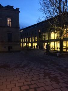 """Promenerar hem efter grupparbeten på Universitetsbiblioteket. Här i kvarteret """"Paradiset"""" där bl. a. psykologerna håller till."""
