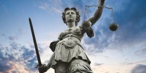 """Justitia - rättvisans gudinna i romersk mytologi. Avbildas ofta med förbundna ögon (""""rättvisan är blind"""") och med en vågskål i händerna."""