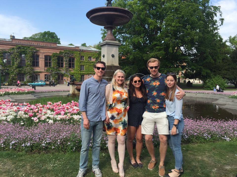Här står några av blogg-gänget vid fonten utanför universitetshuset mitt i Lundagård