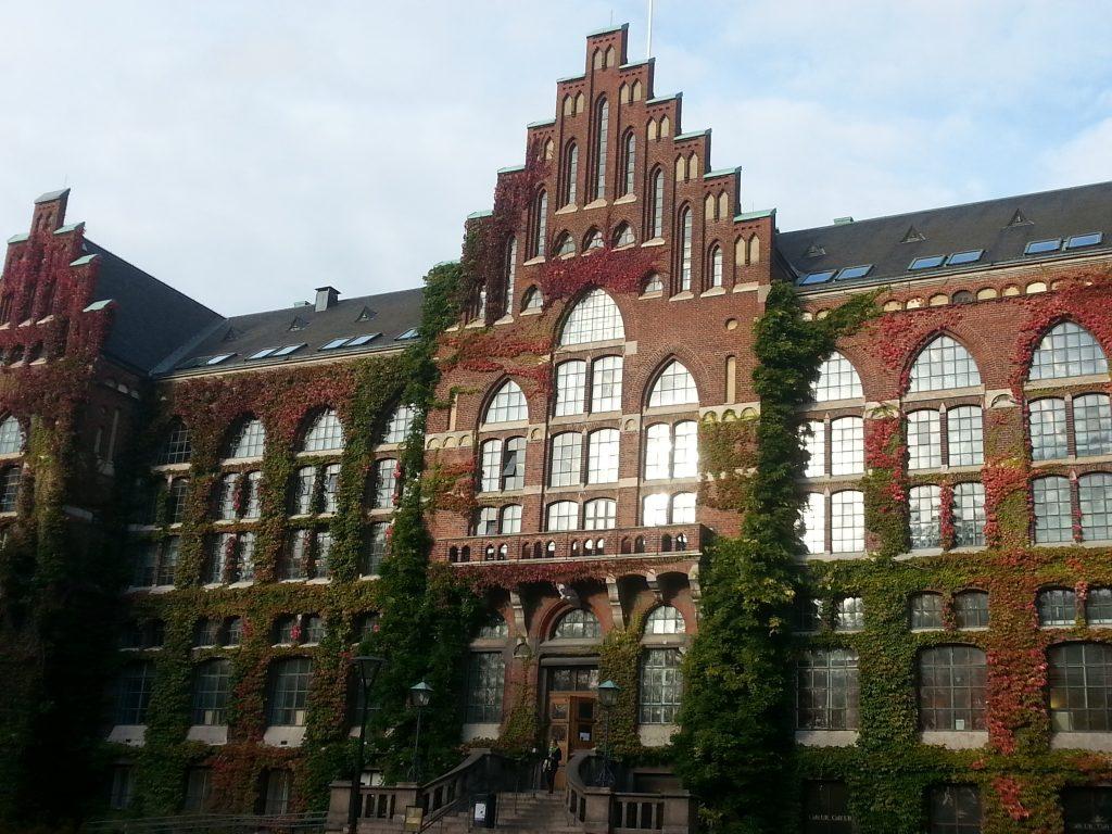 Universitetsbiblioteket i höstens alla glada färger